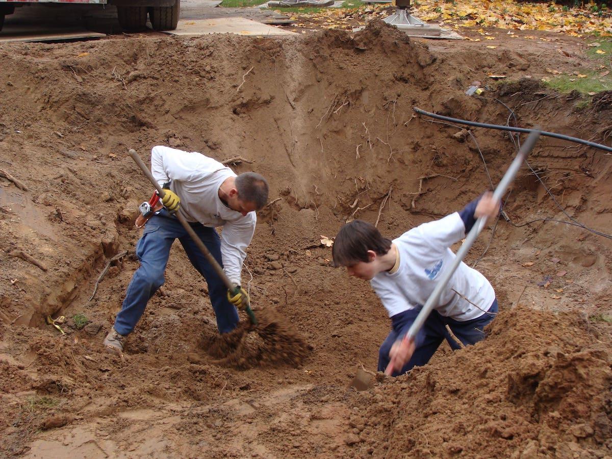 Novak men digging